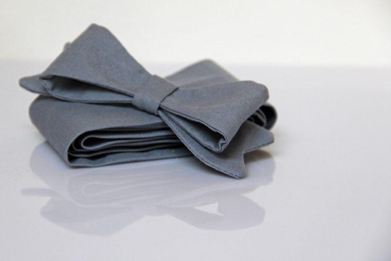 Pásek v neutrální barvě s odepínací mašlí