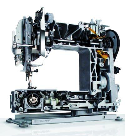 Šicí stroje Bernina uvnitř- celokovová kontrukce. Zdroj: http://sewreview.com/reviews/bernina380/