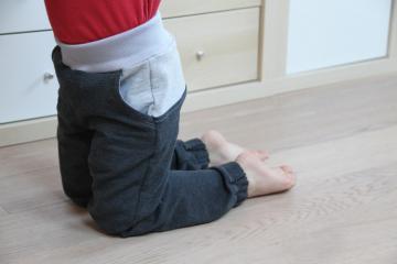 Střih na dětské tepláky se sedlem a kapsami - návod jak ušít tepláky krok za krokem
