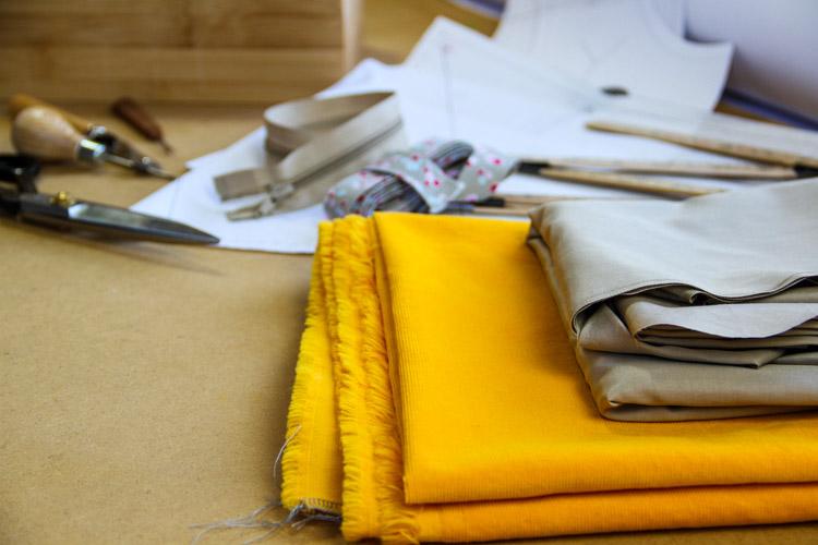 Jak si vyrobit vlastní jednoduchý prýmek s třásněmi. Jak se všívá prýmek (paspulka, volánek apod.)