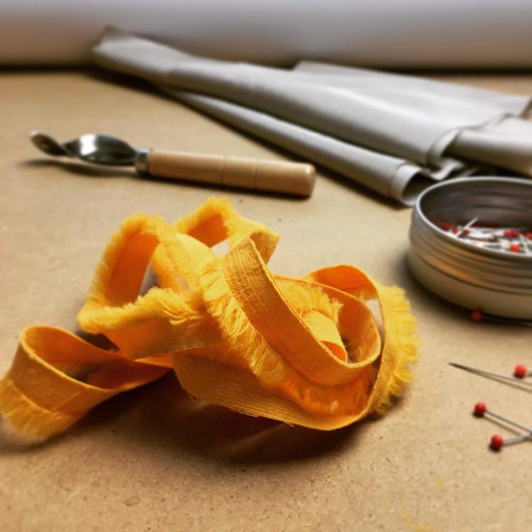 Jak si vyrobit vlastní jednoduchý prýmek s třásněmi. Jak všít prýmek (paspulku, volánek apod.)