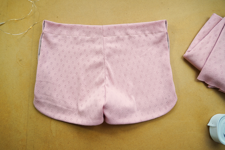 Střih na dámské šortky / trenýrky (+ detailní foto návod šití: jak ušít šortky krok za krokem)