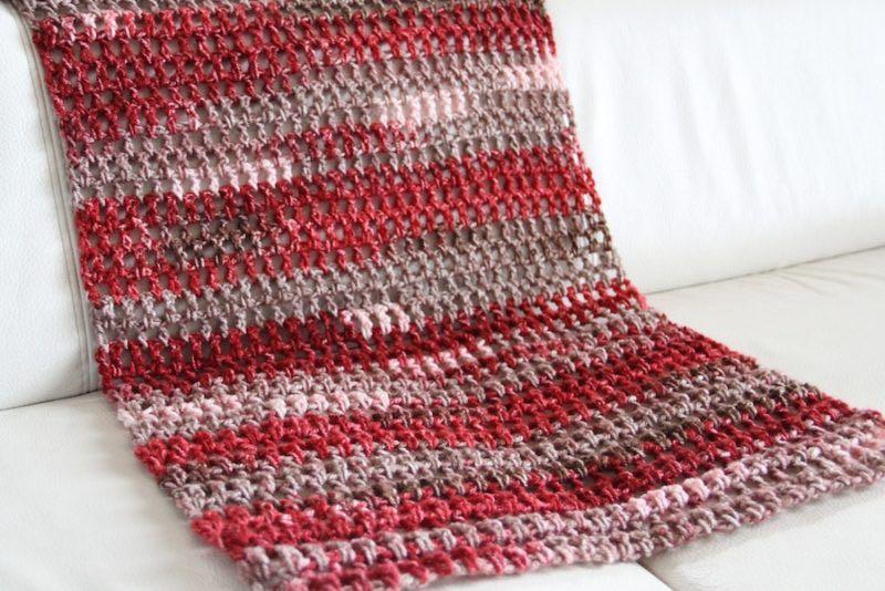 Návod na háčkovanou šálu: dlouhý sloupek střídá řetízkové očko, vznikají tak okénka