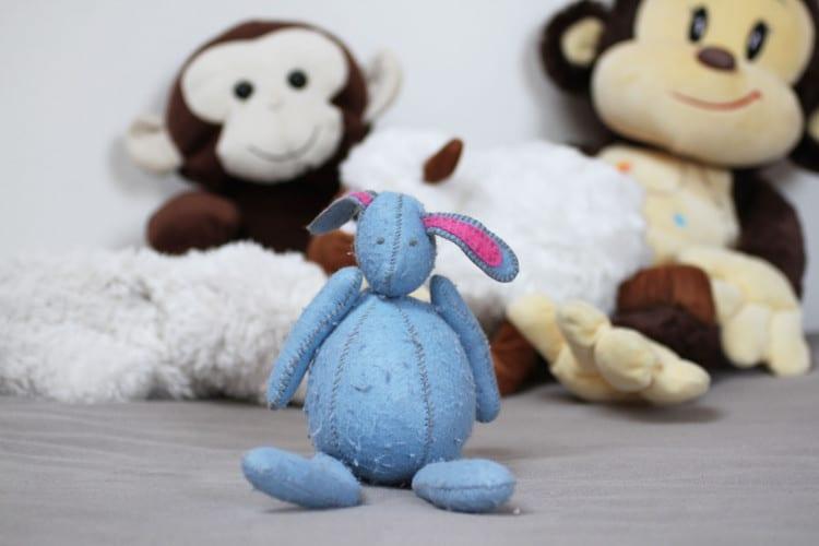 Ručně šitý králík z dekorativní plsti