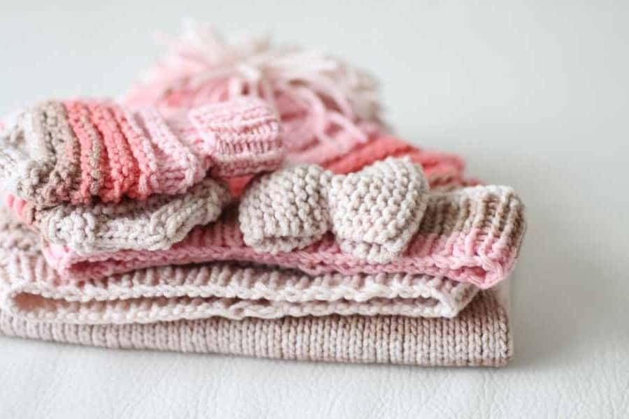 Ručně pletená výbavička pro miminko, čepička, rukavičky, vestička a čelenka