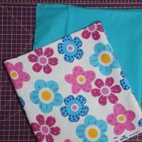 dvě nohavice, jedna již přetočená na líc