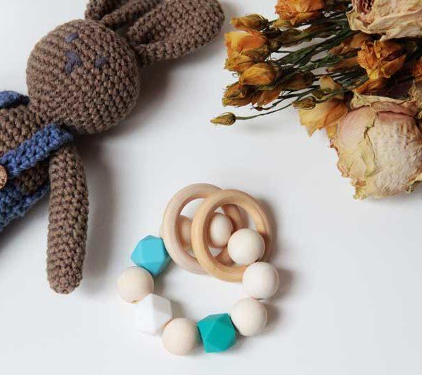 Dětské dřevěné chrastítko - kousátko s dřevěnými a silikonovými korálky