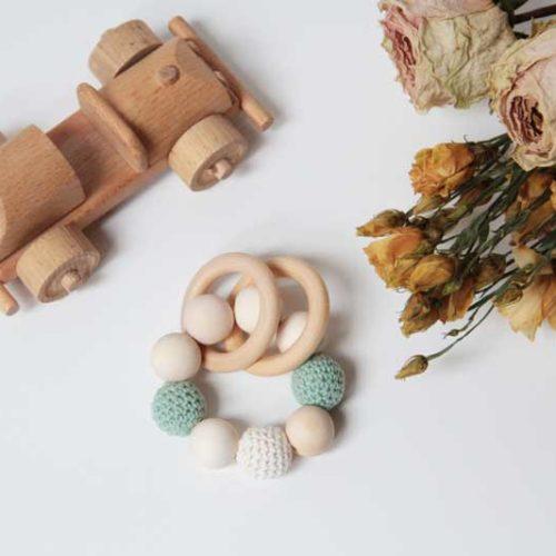 Dřevěné chrastítko / kousátko s obháčkovanými korálky