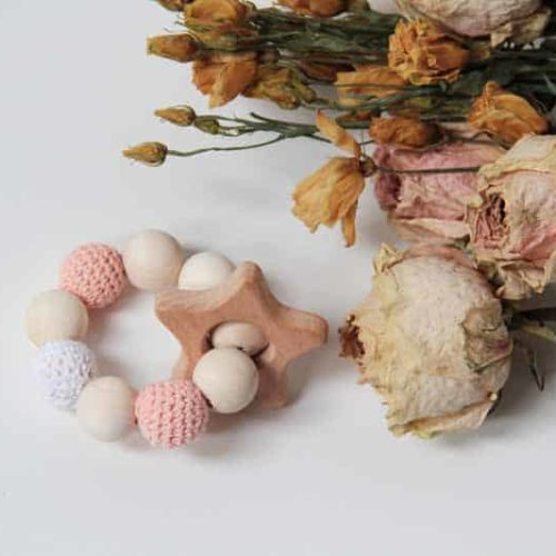 Chrastítko / kousátko s dřevěnými a obháčkovanými korálky