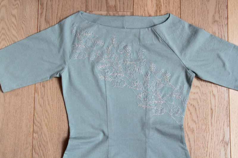 Dámské ručně vyšívané úpletové šaty