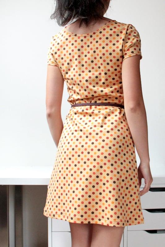 Střih na dámské jednoduché šaty s krátkým rukávem