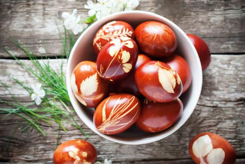 Velikonoční vajíčka barvená v cibulových slupkách