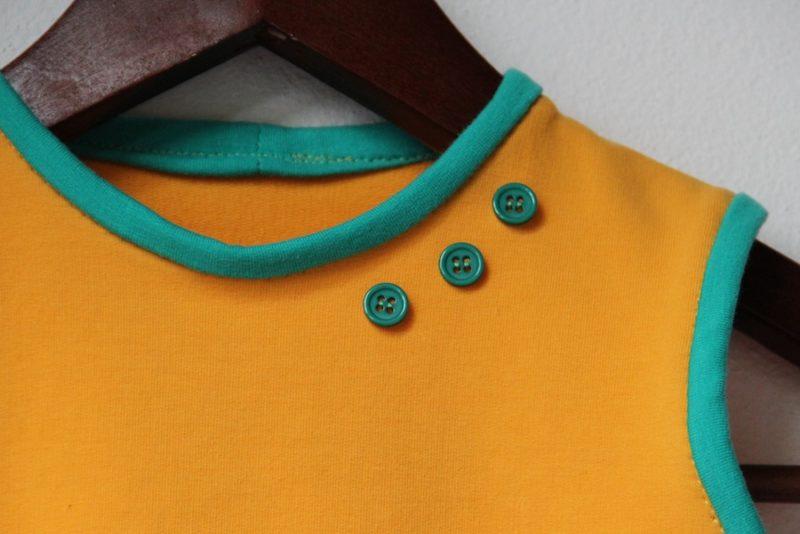 Vestička - detail s knoflíky